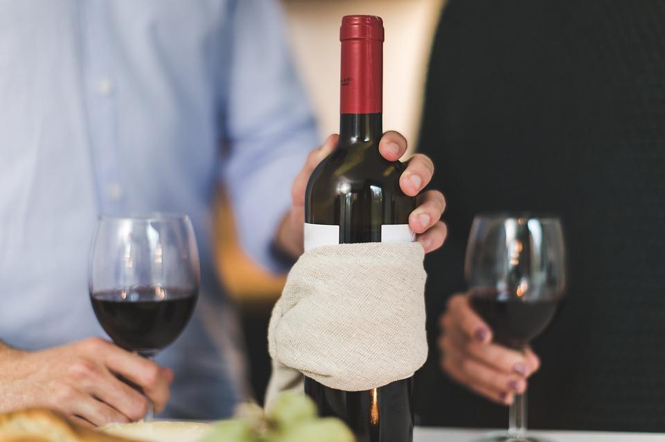 Porozumějte vínu i díky aplikaci. Víme, které si stáhnout do mobilu