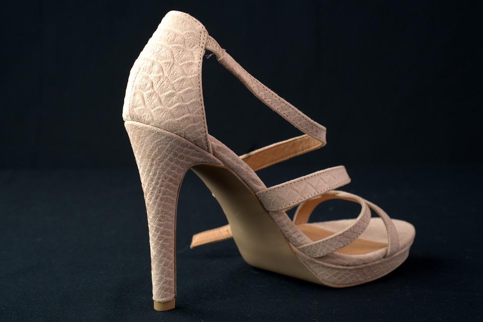 Typy bot, které velice škodí vašim nohám. Nosíte je?