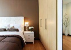 Vestavěné skříně se stropy a dnem nebo bez?